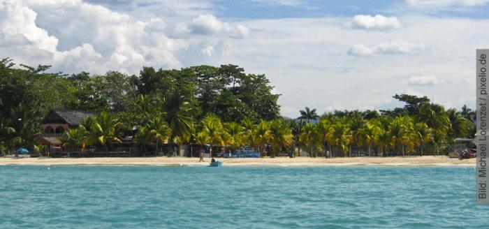 Karibik-Jamaika-Strand-mit-Palmen