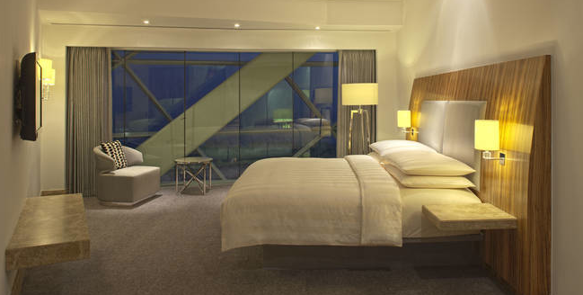 HLX_Abu_Dhabi_Hyatt_Capital_Gate_Zimmerbeispiel