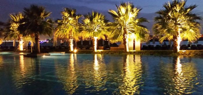 fairmont-bab-al-bahr-pool-bei-nacht