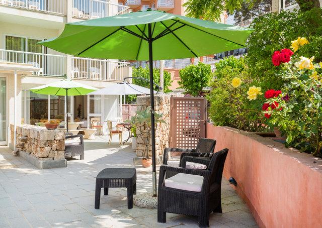 Garten mit Stuehlen Hostel Residencia Sutimar LTUR