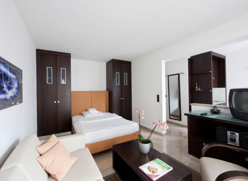 4 burns art apartment in d sseldorf als deal f r unglaubliche 25 reisetiger. Black Bedroom Furniture Sets. Home Design Ideas