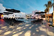 sentido-migjorn-ibiza-suites-spa-pool-bei-daemmerung