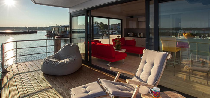 hausboot floating houses blue active terrasse